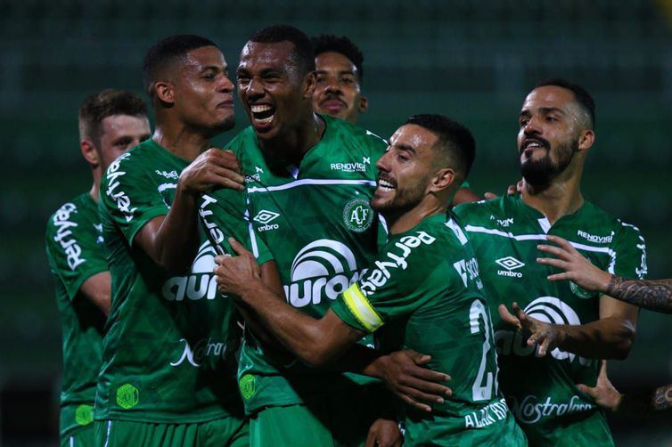 Chape sai na frente do Brusque na final catarinense